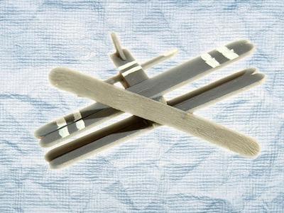 Avión de palos de madera. Juguete casero de reciclaje
