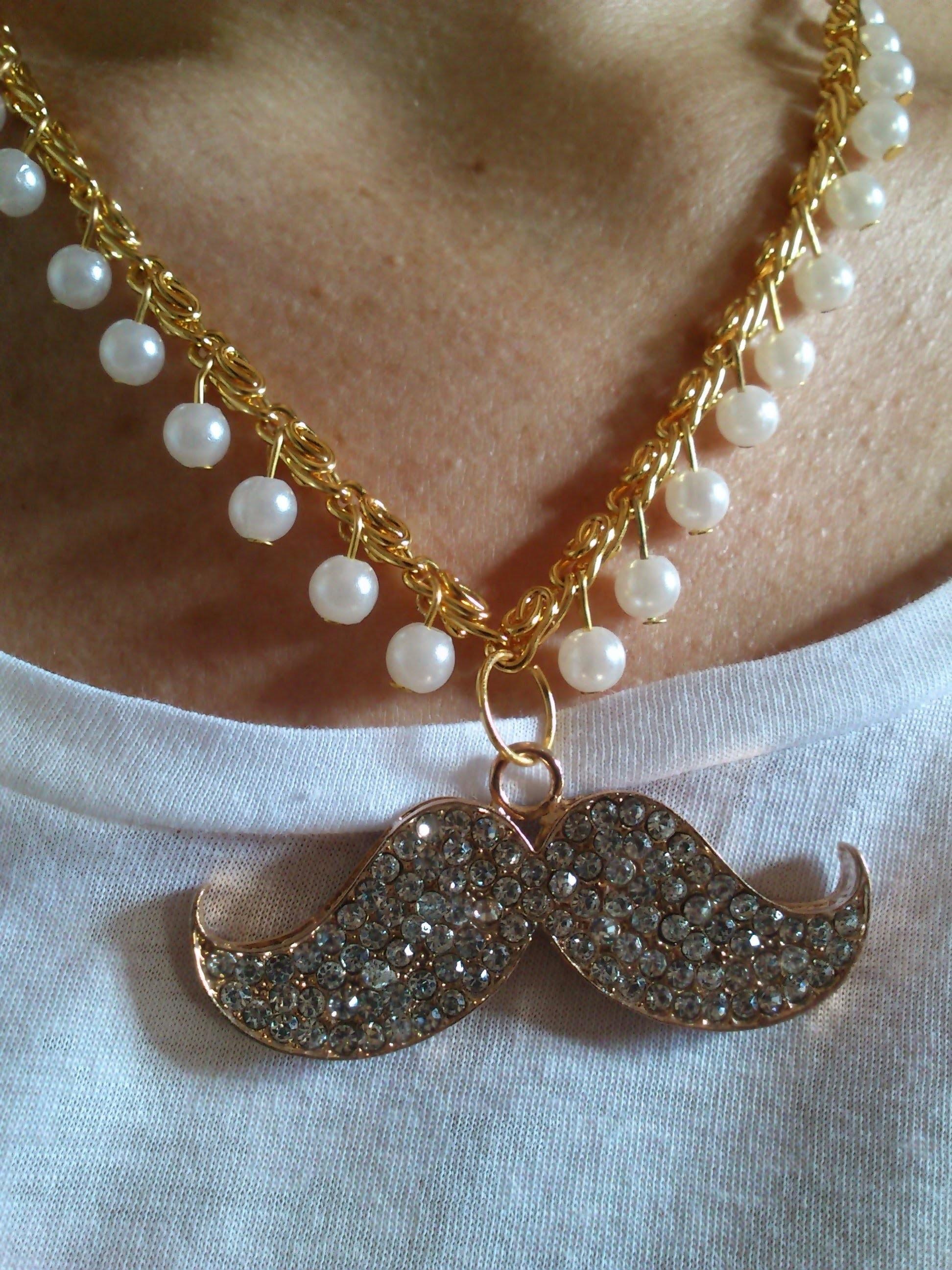 DIY: collar con cadena dorada, perlas y moustache de strass.