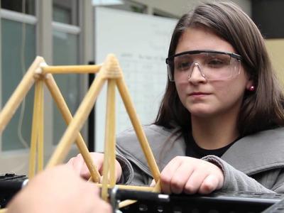 Alumnos de Ingeniería construyeron puentes de fideos