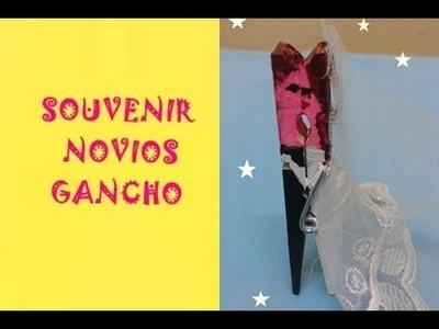 SOUVENIR NOVIOS CON GANCHO DE MADERA