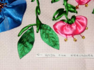 Cómo hacer una hoja con nervaduras, bordados con listón.