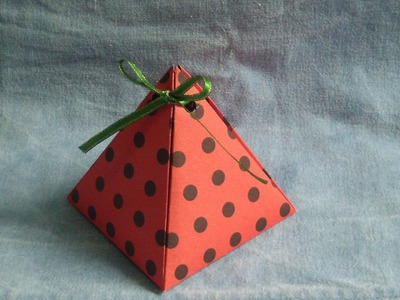 Caja con forma de pirámide subtitulado. proyecto 87