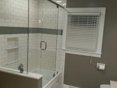 Como instalar puertas de vidrio para baños