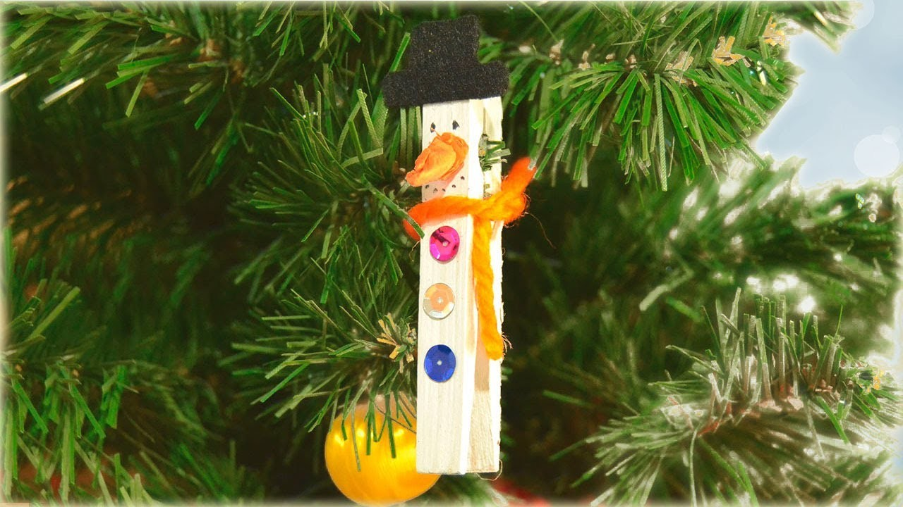 Decora el árbol de Navidad con este muñeco de nieve pinza