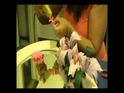Un espejo decorado con orquideas en goma eva