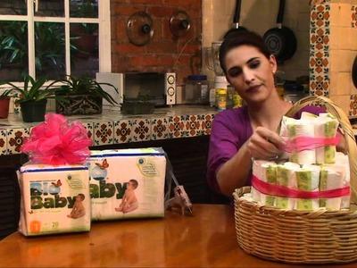 Arreglo de canasta con pañales para baby shower