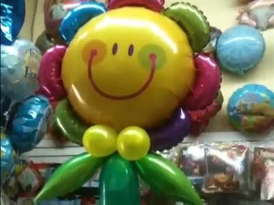 Una flor gigante con globos
