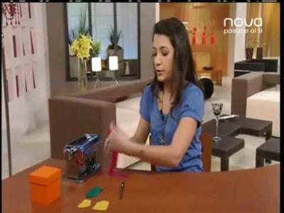 Silvia Mijangos decora una caja con claveles de arcilla polimérica