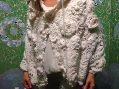 Freeform, capa crochet con flores, hojas y otras formas unidas.