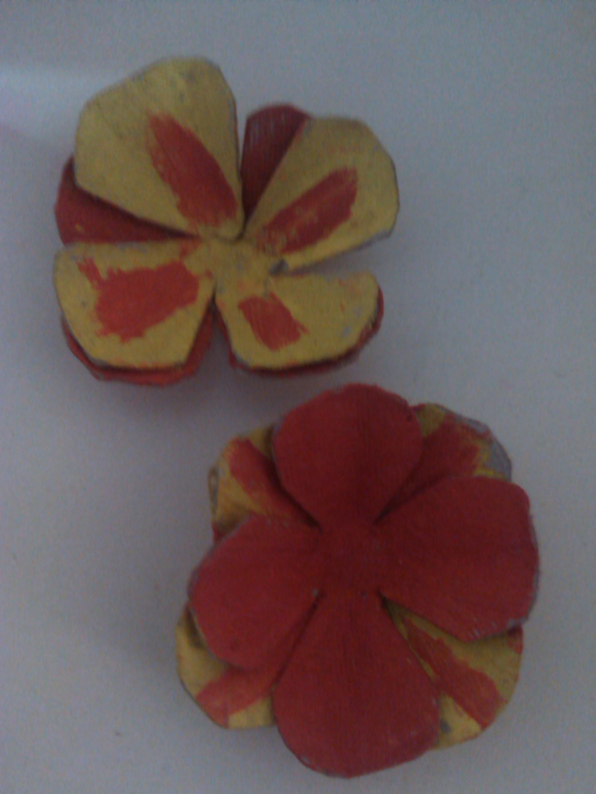 Flor hecha con carton de huevo