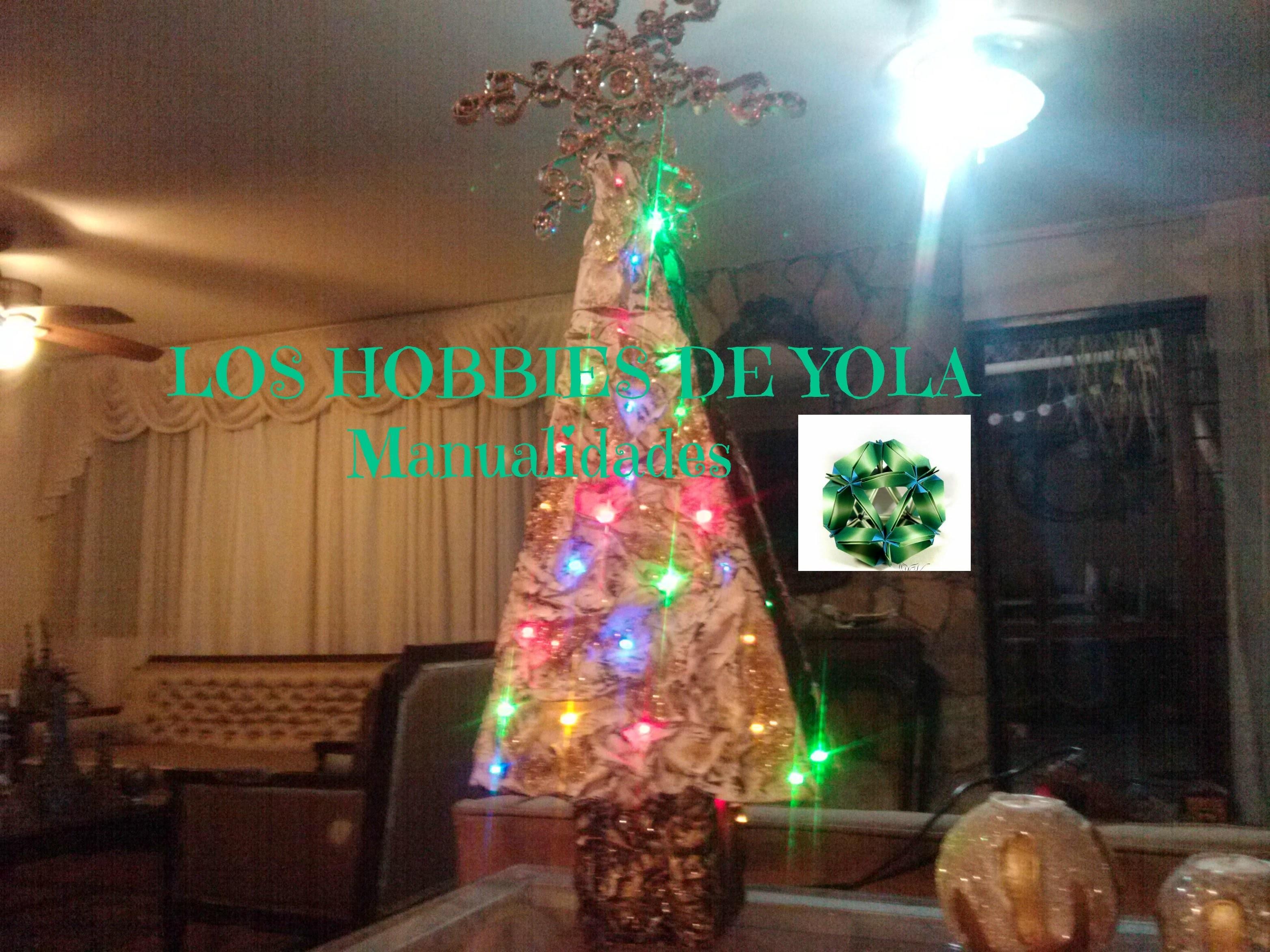 Pinito navideño iluminado de periódico y cartón. Lighted  Christmas tree