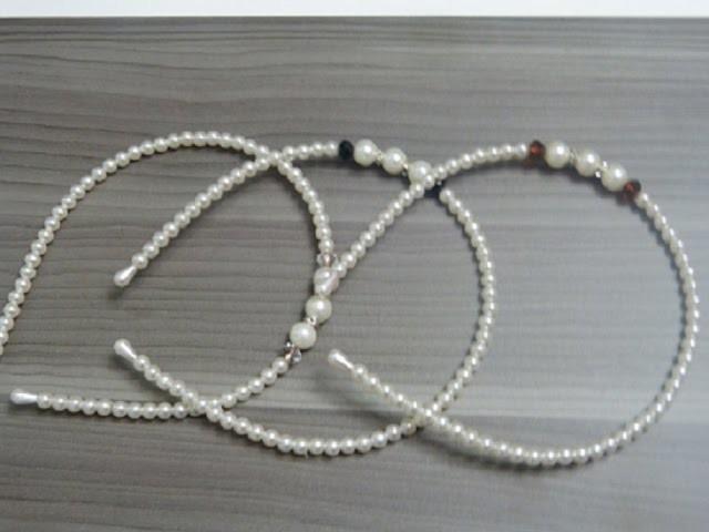 Diadema con alambre memoria delgado y decorado con perlas. Diadema de perlas