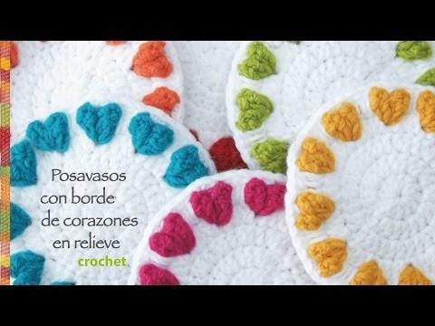 Corazones en relieve en el borde: posavasos redondos tejidos a crochet