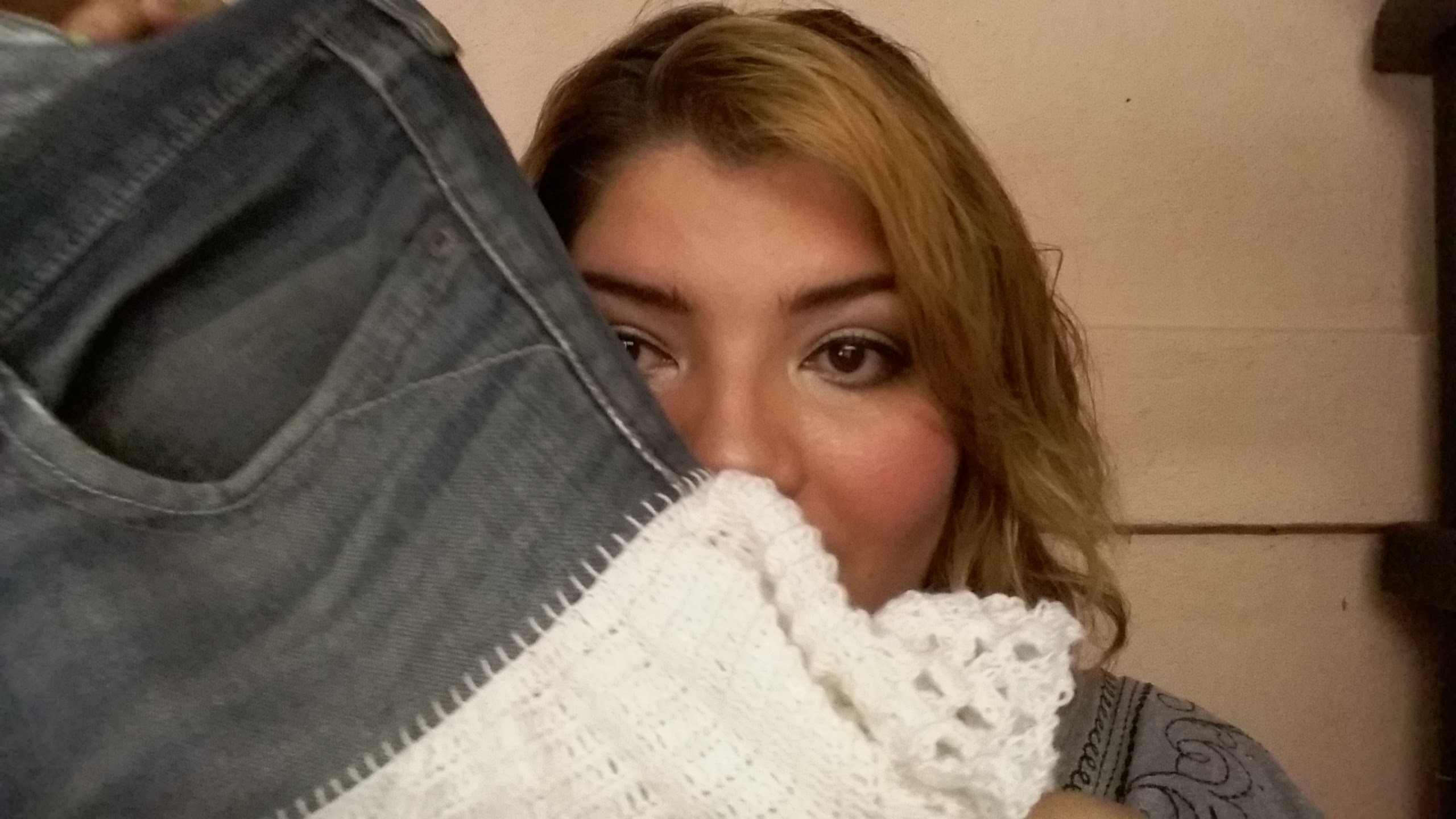 DIY renueva tu ropa | convierte un jeans viejo en una falda y agrégale un detalle a crochet o encaje