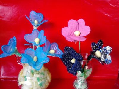 Flores hechas de bolsas plasticas y tela