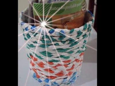 Como hacer un cesta  de papeles con bolsas plasticas
