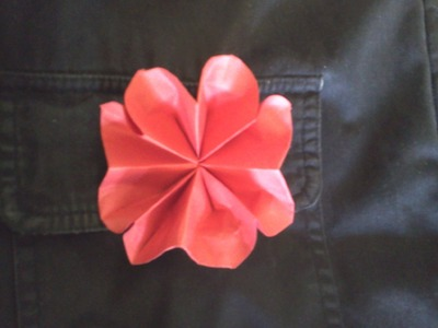 How to make an origami flower brooch - Como hacer una flor para usar como broche de papel