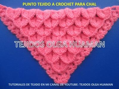 Chal triangular tejido a crochet en punto cocodrilo o escamas
