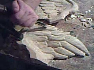 Tallando una ala de angel en madera