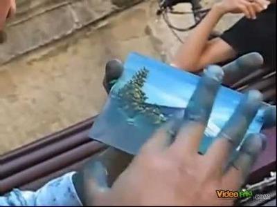 Artista callejero pinturas en un minuto con los dedos