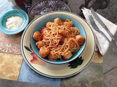 Espagueti con mini albondigas de pollo, pasta de tomate y crema (sopa) condensada,
