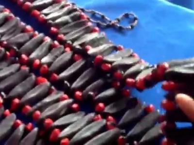 Mujeres Shuar emprenden elaboración de bisutería con semillas.