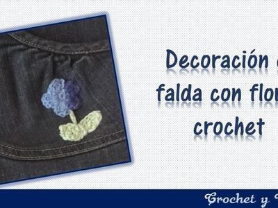 Decoración de falda con aplique de flor a crochet