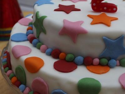 Cómo hacer una tarta de cumpleaños fondant fácil (paso a paso)