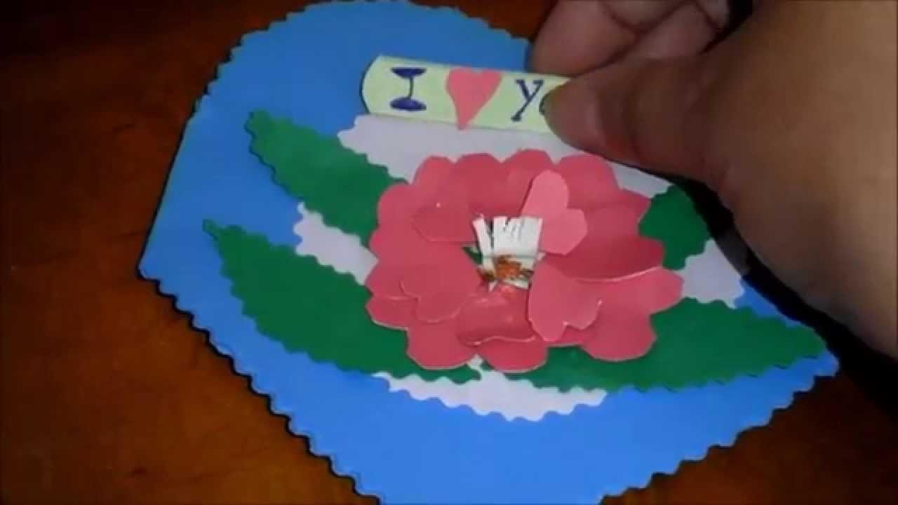 Tarjeta en alto relieve decorada con flor hecha con corazones.
