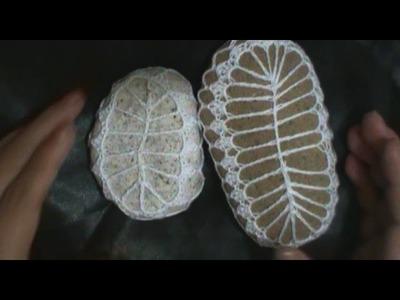 Adorno en forma de hoja a crochet
