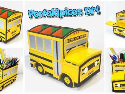 Portalápices hecho con cartón con forma de bus escolar amarillo (manualidades para regreso a clases)