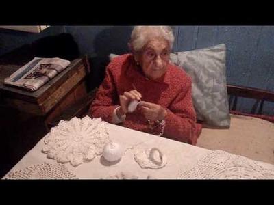 Abuela de 100 años tejiendo a tecnica de crochet