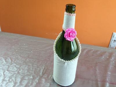 Botella decorada con tela y perlas