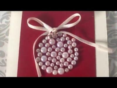 Tarjeta de Navidad elegante con perlas.