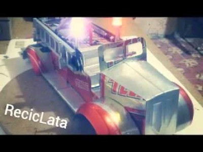 Camión de bomberos antiguo hecho con latas
