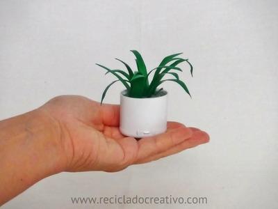 Cómo hacer una miniatura con botellas de plástico - macetero y planta de cintas