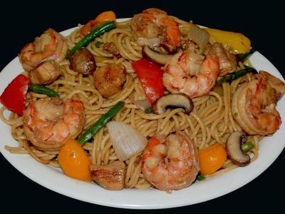 Chow mein con camarones y pollo
