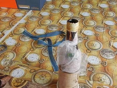 Decorando las botellas de vino con papel. reciclando.