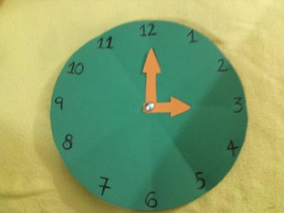 Reloj elaborado en cartulina