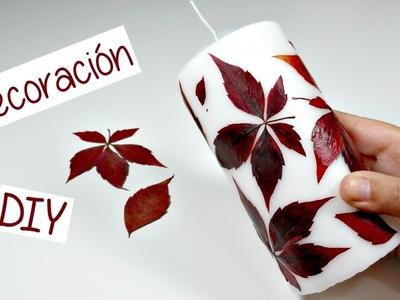 Cómo decorar una vela con hojas o flores naturales.