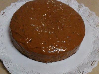 Bizcocho de chocolate, relleno y con cobertura de chocolate