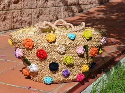 Bolso de paja  adornado con flores de crochet.