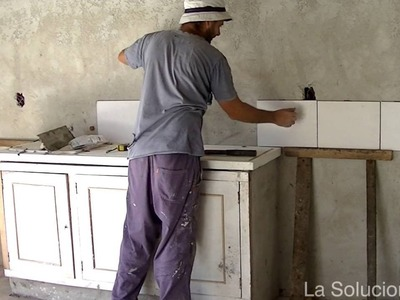 Construcción de cocina con guardas y bajo mesada de ladrillos.