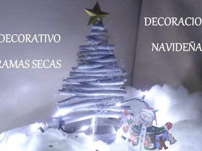 Árbol de navidad con ramas secas. Pinito decorativo, Adornos navideños