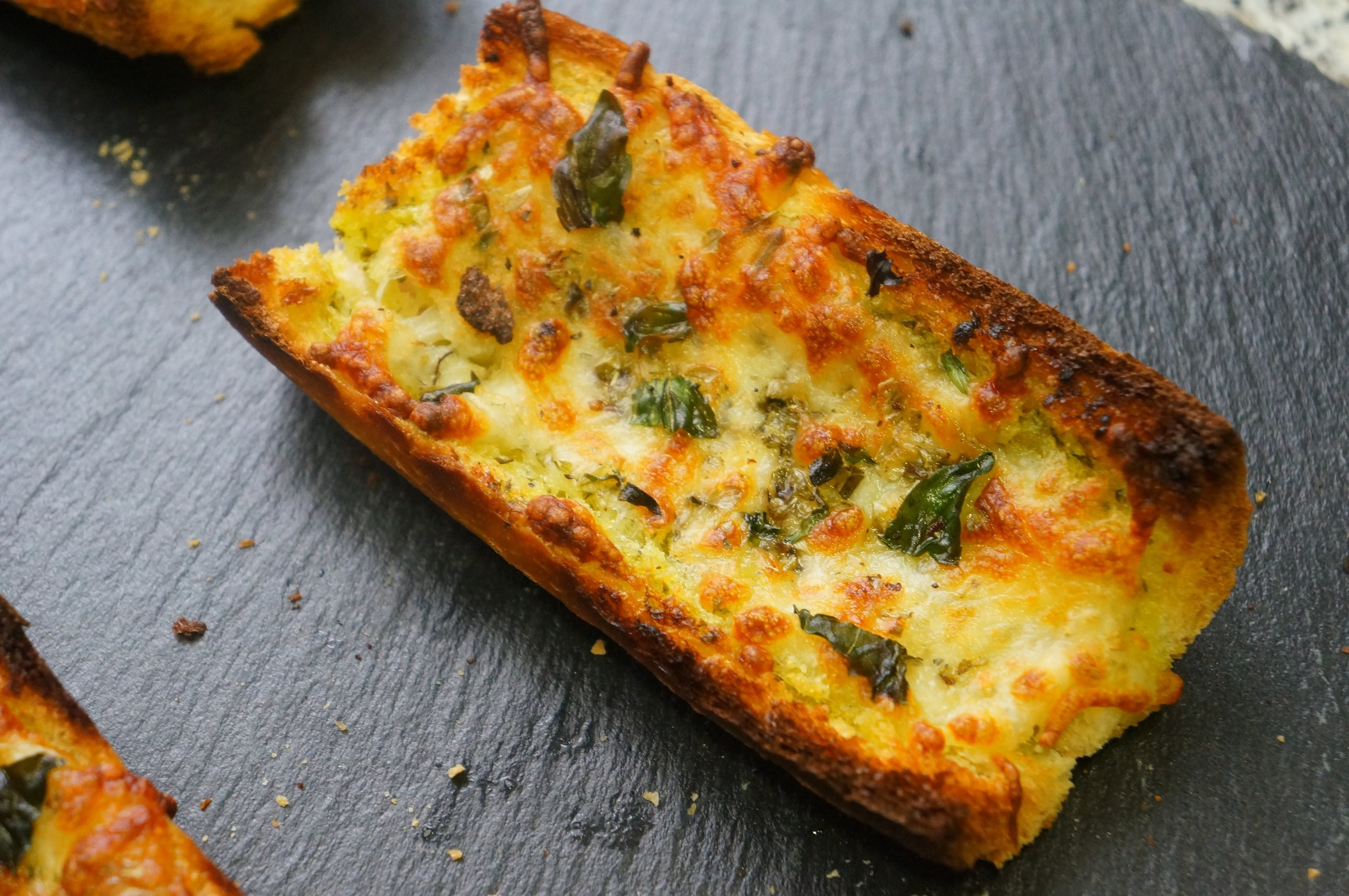 Pan de ajo con queso | Aperitivo fácil y delicioso