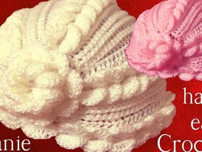 Gorro tejido con hojas superpuestas en relieve y flor a Crochet o Ganchillo