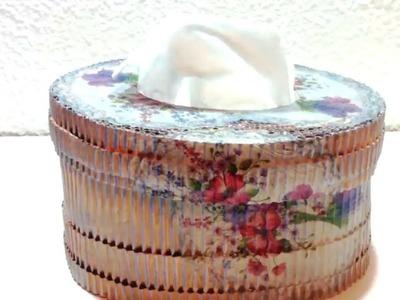 Caja de pañuelos hecha con cartón corrugado y decoupage