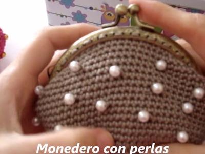 Monedero de ganchillo con perlas
