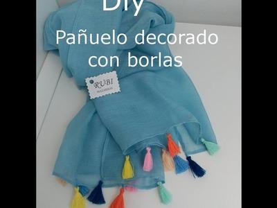 DIY. Pañuelo decorado con borlas muy chic